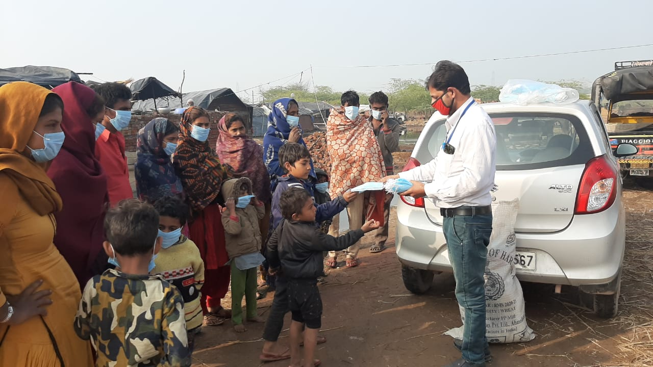 आम जन विकास सेवा समिति द्वारा जरुरतमंद लोगों को बांटे गर्म कपड़े व कम्बल