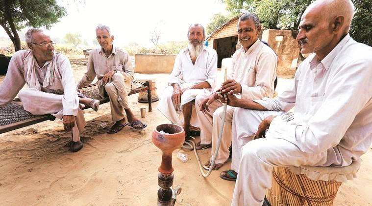 ग्रामीण इक्टट्ठे बैठकर हुक्का पीना, ताश खेलना तथा चैपाल आदि में बैठना करें बंद, पड़ सकता है भारी