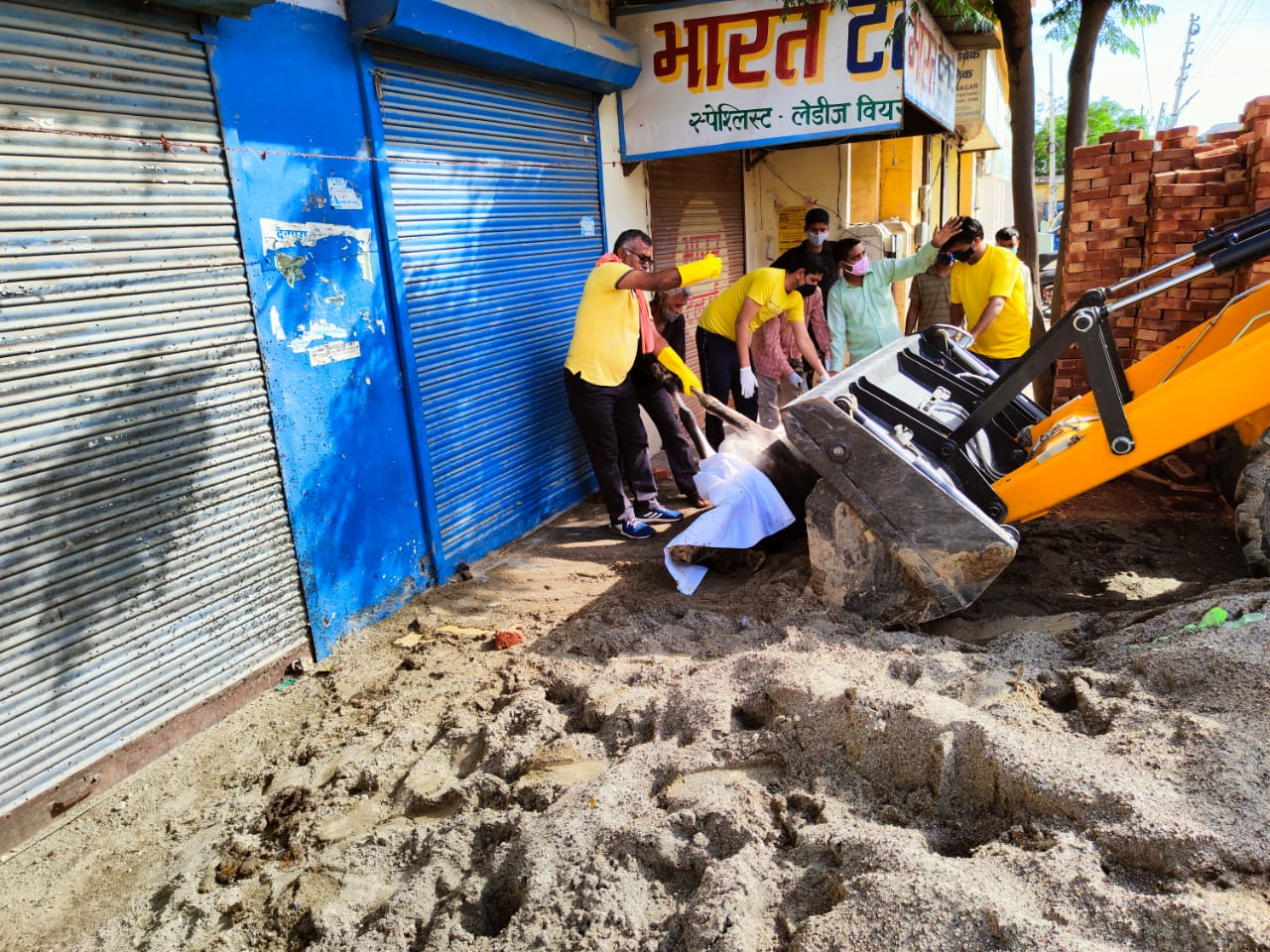 दा पावर ऑफ ह्यूमन राइट्स फाउंडेशन हरिद्वार की टीम द्वारा मृत गाय को हिंदू रीति रिवाज अनुसार मिट्टी दी गई