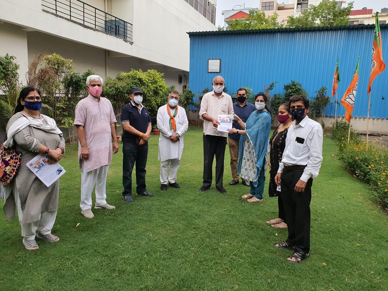 सरस्वती मंडल भाजपा ने मास्क,सेनिटाइजर वितरित कर मनाया सेवा दिवस