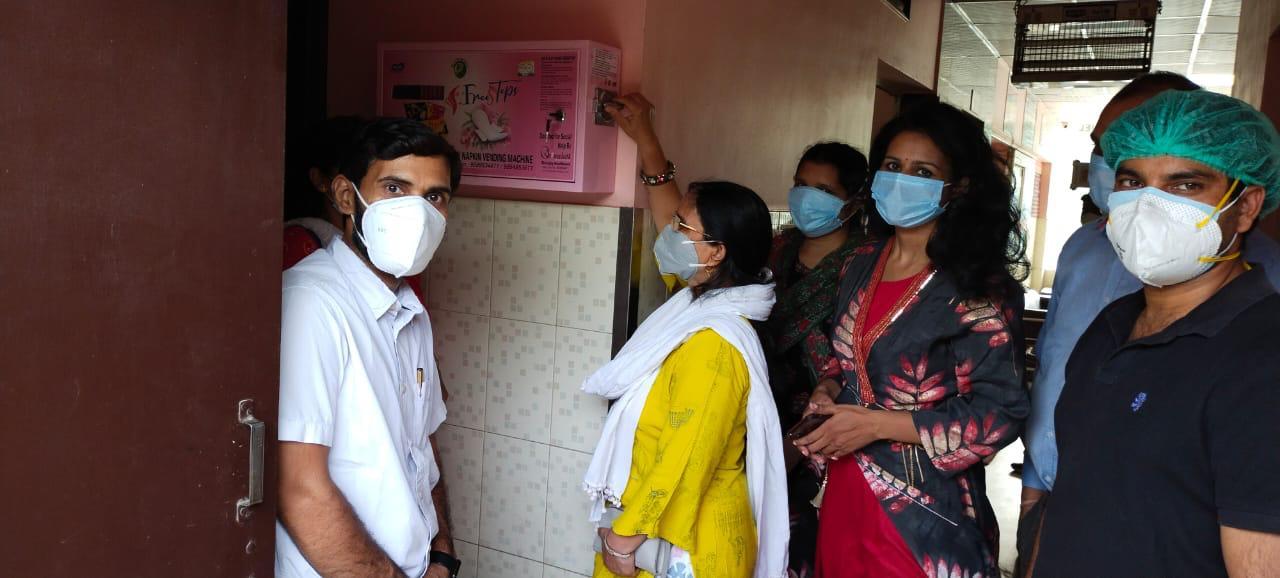 शिवाजय हेल्थकैयर एवं श्री राम सोसाइटी के सहयोग से लगी सेनेटरी नैपकिन वेंडिंग मशीन, महिलाएं पांच रुपये में ले सकेंगी पैड